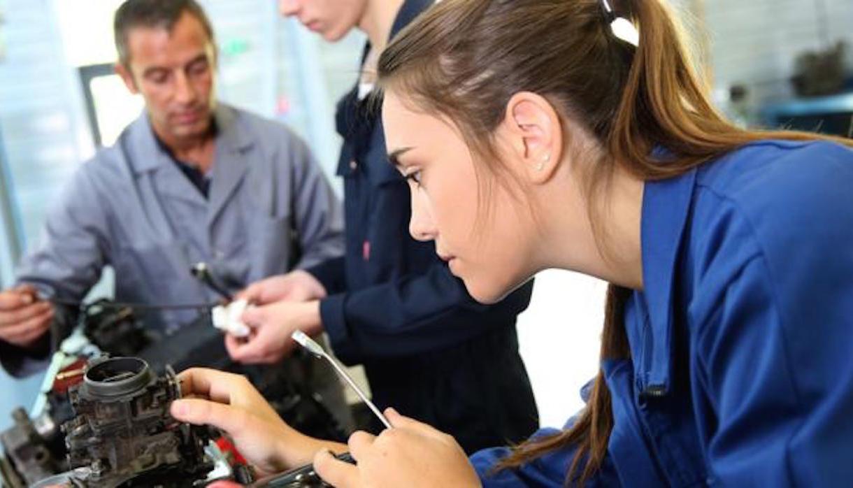 Femme en bleu/mécanique égalité professionnelle