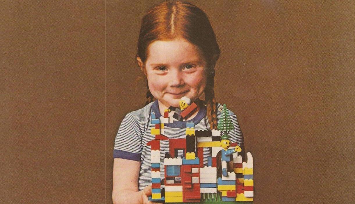 Petite fille avec un jeu de construction LEGO