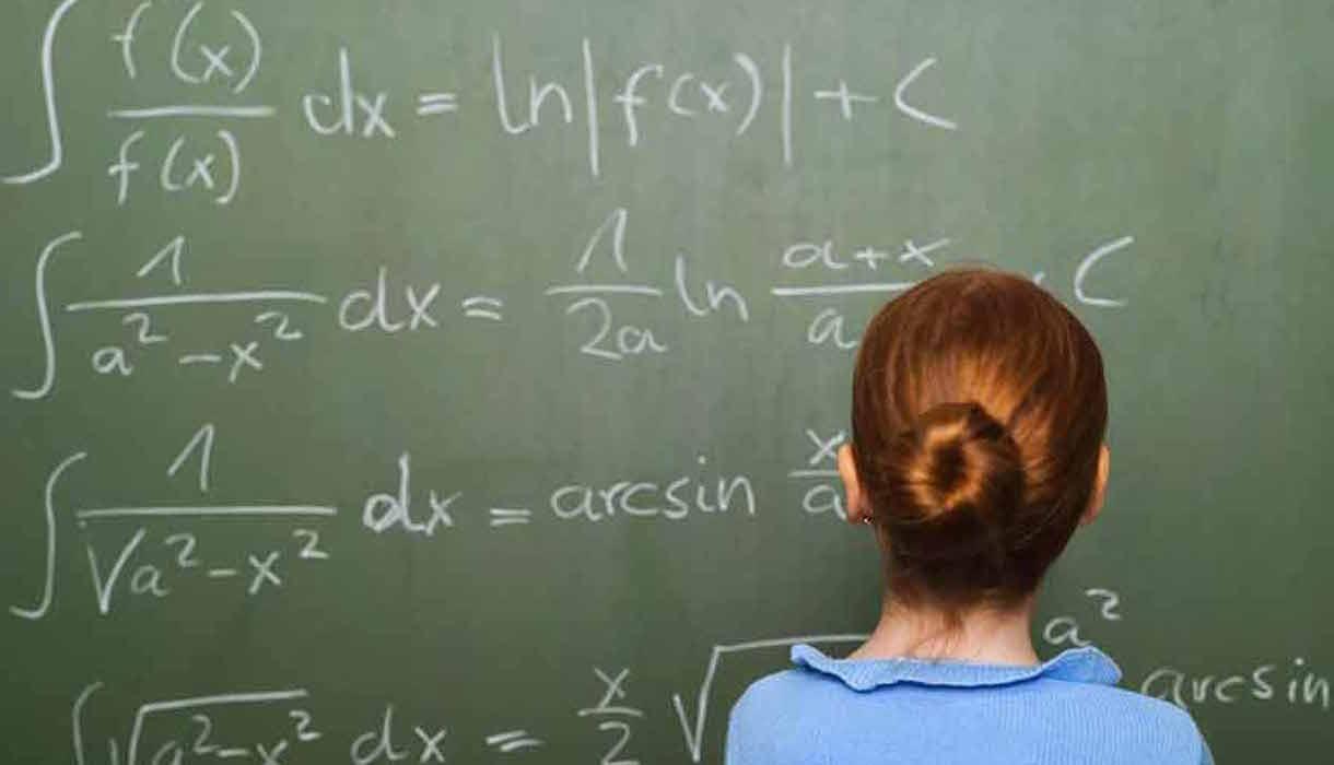 Petite fille au tableau/mathématiques